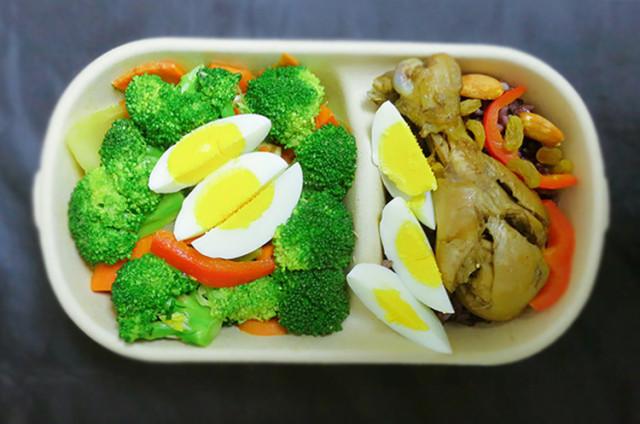鸡腿杂粮米饭减脂餐