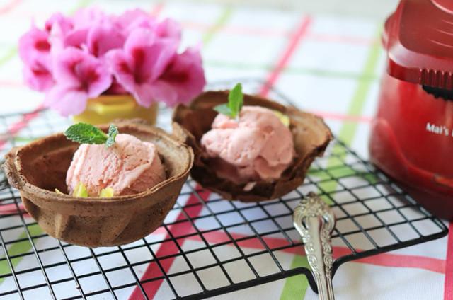 糯米可可华夫碗和草莓冰淇淋