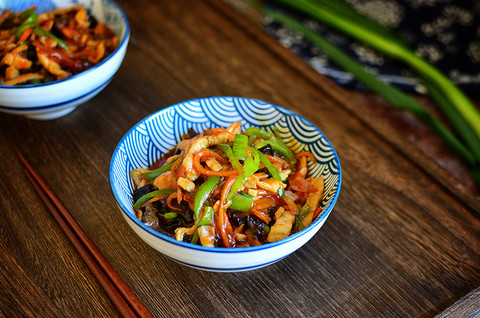 鱼香肉丝和凉拌菠菜金针菇
