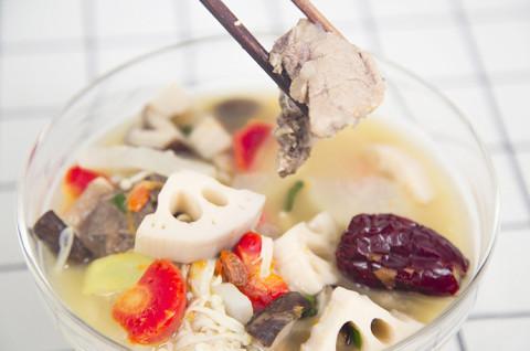 滋阴莲藕排骨汤+辣白菜五花肉千层锅