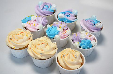 多彩玫瑰奶油纸杯蛋糕